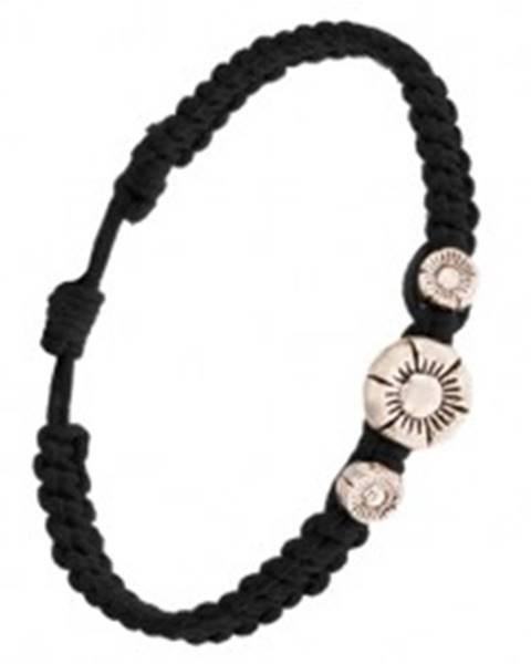 Pletený náramok čiernej farby husto zapletaný, tri ryhované kvietky