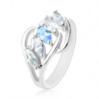 Lesklý prsteň striebornej farby, oblúčiky, zrnká čírej a modrej farby - Veľkosť: 58 mm