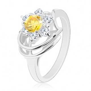 Lesklý prsteň v striebornom odtieni, žlto-číry zirkónový kvet, oblúčiky - Veľkosť: 50 mm