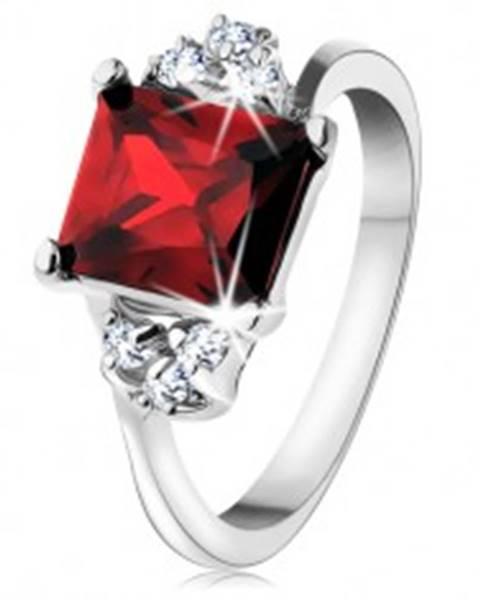 Prsteň v striebornej farbe, obdĺžnikový červený zirkón, číre zirkóniky - Veľkosť: 49 mm