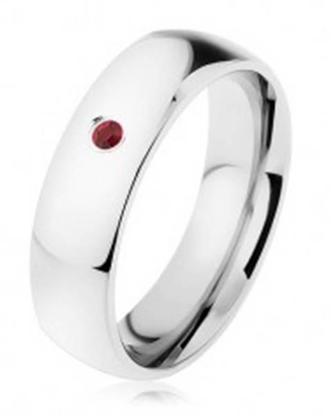 Obrúčka z chirurgickej ocele, strieborná farba, širšie oblé ramená, červený zirkónik - Veľkosť: 49 mm