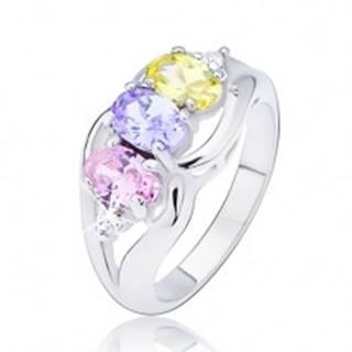 Lesklý prsteň striebornej farby, tri farebné oválne zirkóny medzi vlnkami - Veľkosť: 49 mm