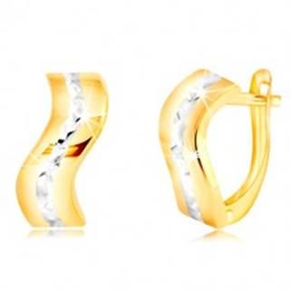 Zlaté 14K náušnice - lesklý zvlnený pás s brúsenou líniou z bieleho zlata