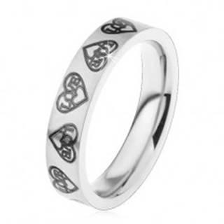Prsteň z ocele 316L, strieborný odtieň, srdiečka a nápis Love čiernej farby - Veľkosť: 44 mm