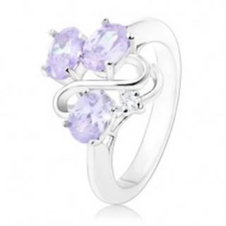 Trblietavý prsteň, tri oválne svetlofialové zirkóny, zvlnená línia - Veľkosť: 50 mm