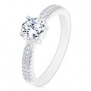 Strieborný prsteň 925, okrúhly zirkón čírej farby v kotlíku, zirkóniky na ramenách - Veľkosť: 47 mm