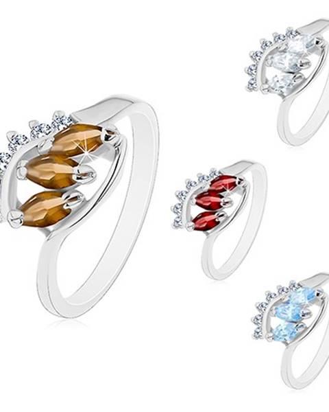 Prsteň s lesklými zahnutými ramenami, tri farebné zrnkové zirkóny - Veľkosť: 48 mm, Farba: Číra