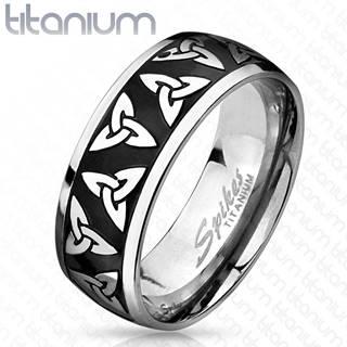 Titánový prsteň striebornej a čiernej farby, lesklé okraje, keltské symboly, 8 mm - Veľkosť: 60 mm